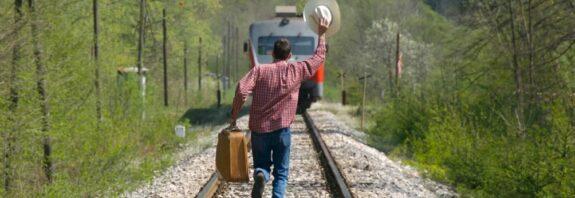 Пассажир отстал от поезда, что делать? Как догнать ушедший поезд и вернуть забытые в поезде вещи. Что должен сделать пассажир, если вышел на перрон и отстал от своего поезда? Простые советы, как вернуть забытые в поезде вещи и продолжить поездку бесплатно.