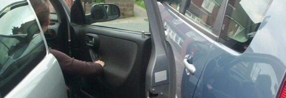 Пассажир ударил дверью чужое авто ДТП или нет и кто должен платить Кто будет оплачивать ущерб если пассажир ударил дверью чужое авто. В каких случаях удар дверью считается за ДТП и в каких случаях хозяин машины виноват не будет. https://avatars.mds.yandex.net/get-zen_doc/44972/pub_5e7480e75af59a04d1688a2f_5e7486159782a00adefc2727/scale_1200